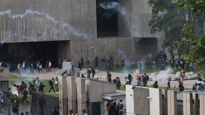 Rector UC: «Carabineros de Chile han incurrido en el uso inadecuado de escopetas antidisturbios y disparo indiscriminado de balines de goma y plomo»
