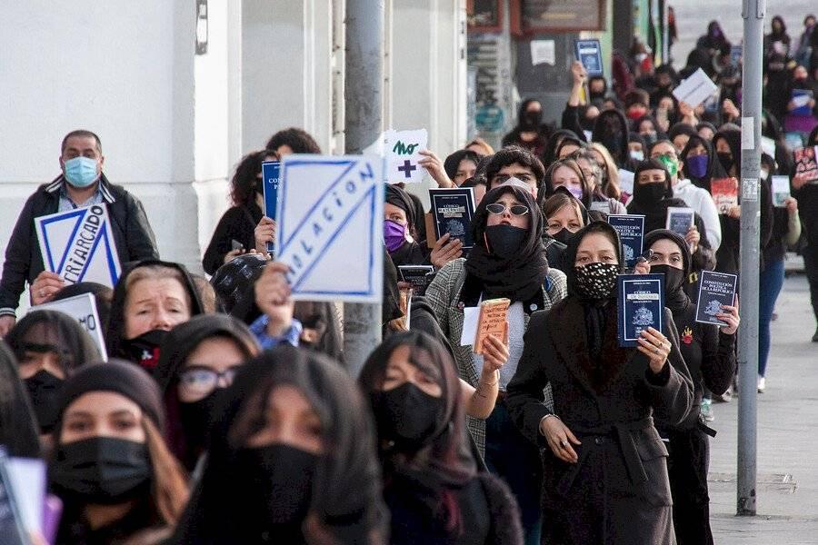 Colectivo LASTESIS realiza «funeral» de la Constitución en Valparaíso