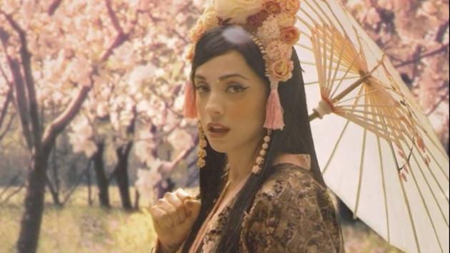 Mon Laferte en modo asiático: La cantante nacional re versionó un tema en japonés.